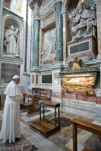 Papa Francisco reza diante de São Pio V