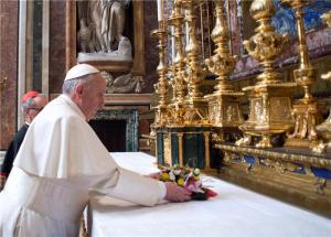 Papa deposita flores a Nossa Senhora Salus Populi Romani